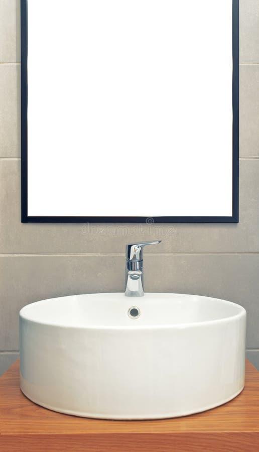 Wasbak in moderne badkamers met spiegel op de muur royalty-vrije stock afbeelding