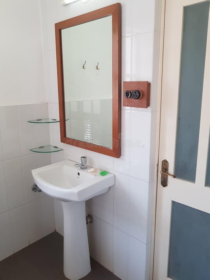Wasbassin met Spiegel in een Badkamers stock afbeelding