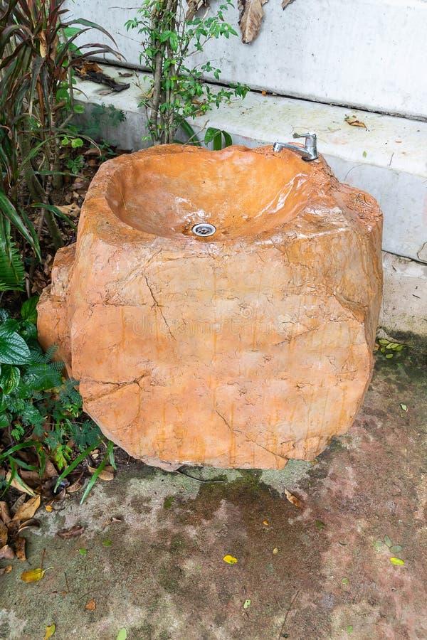 Wasbassin van grote stenen wordt gemaakt die royalty-vrije stock fotografie