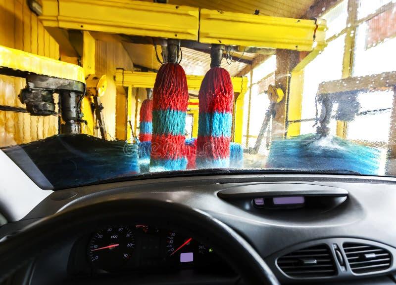 Waschanlage aus einem Auto während der Wäsche heraus stockfoto