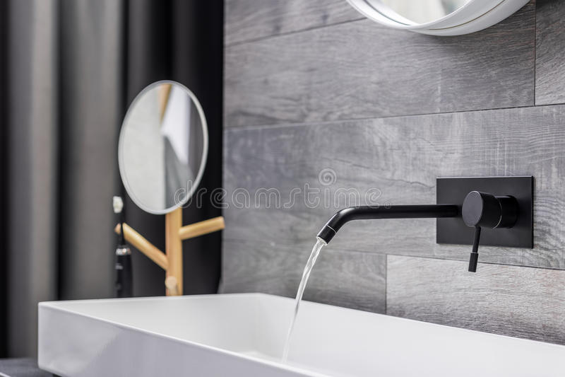 Waschbecken mit an der Wand befestigtem Hahn stockfotos