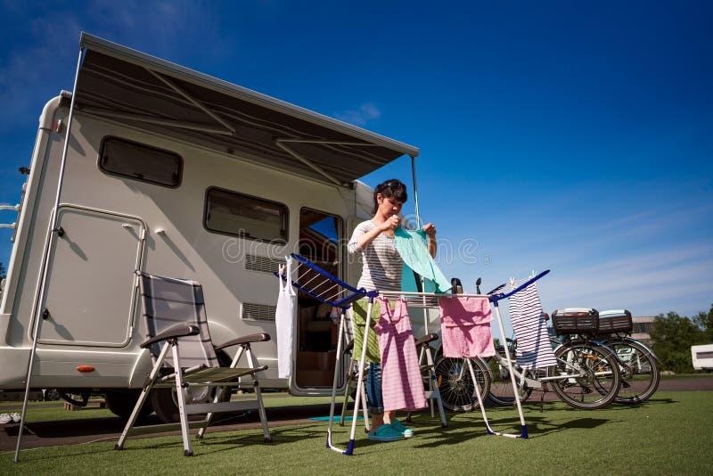 Waschen auf einem Trockner an einem Campingplatz lizenzfreies stockbild