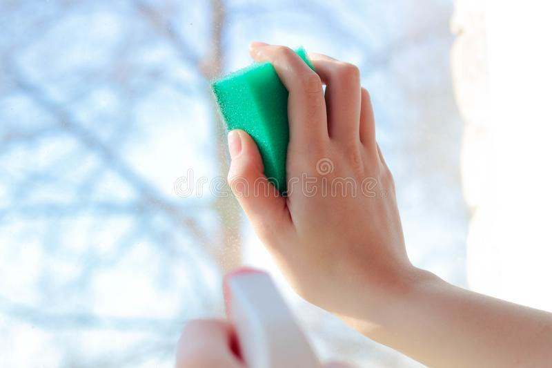 Waschen der Fenster mit Ihrer Hand lizenzfreie stockfotografie