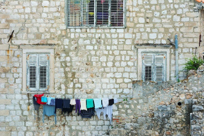 Waschen-Line außerhalb eines Hauses in Dubrovnik lizenzfreie stockfotos