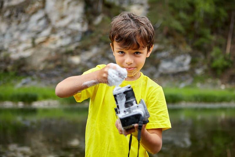 Waschende Digitalkamera durch Seife lizenzfreie stockfotografie
