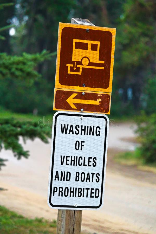 Waschende Fahrzeuge und Boote verbotenes Zeichen lizenzfreie stockbilder
