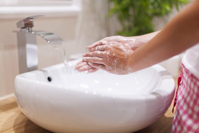 Waschende Hände lizenzfreie stockbilder