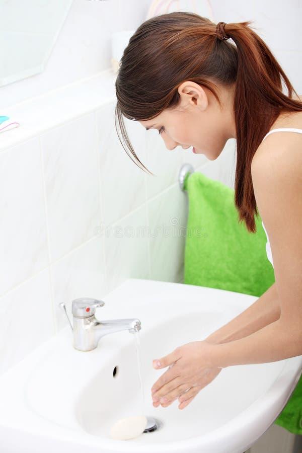 Waschende Hände der schönen kaukasischen Frau lizenzfreies stockfoto