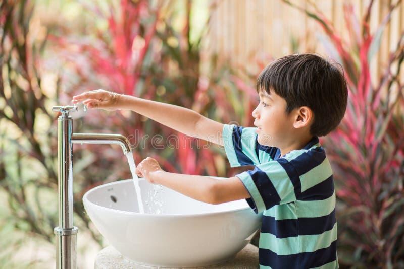 Waschende Hand des Jungen am Toilettenpark im Freien lizenzfreie stockfotografie