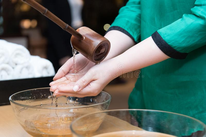 Waschende Handzeremonie stockfotos