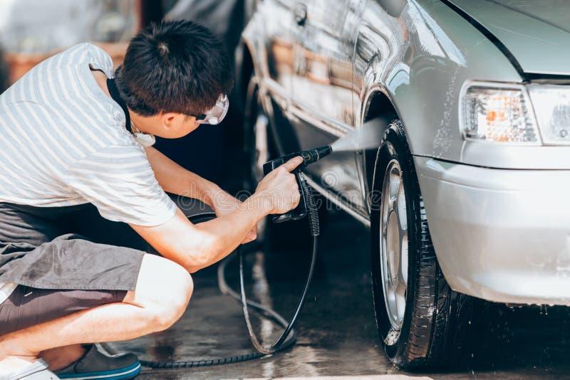 Waschende Reinigung des Autos stockfoto