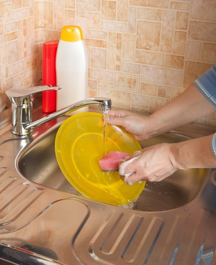 Waschende schmutzige Teller lizenzfreies stockbild