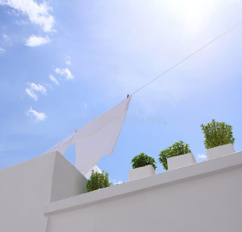 Waschende Zeile mit blauem Himmel lizenzfreies stockfoto