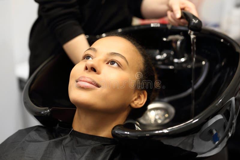 Waschender Kopf in einem Friseursalon stockbild