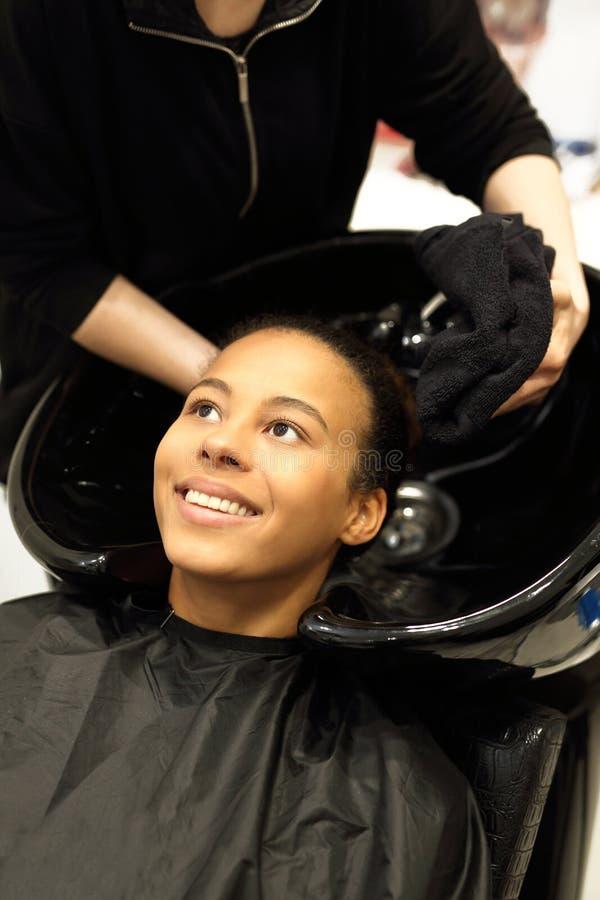 Waschender Kopf in einem Friseursalon lizenzfreies stockbild
