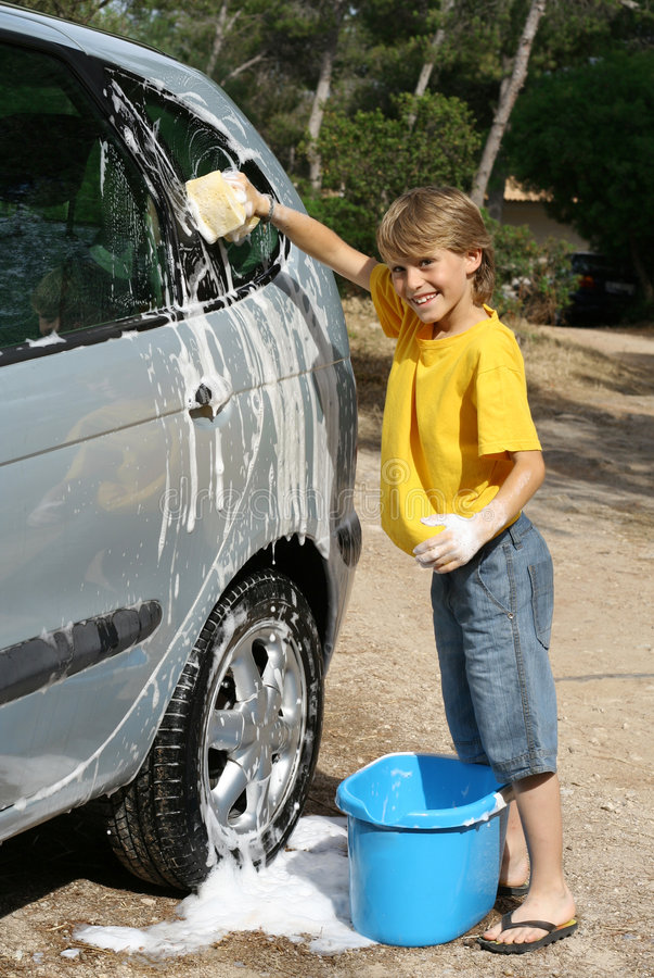 waschendes Auto lizenzfreie stockbilder