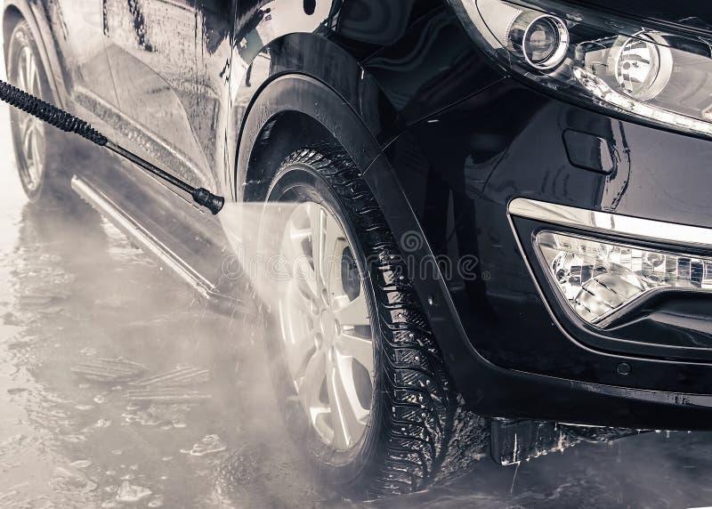 Waschendes Auto Abschluss oben Hochdruckwasser stockfotografie