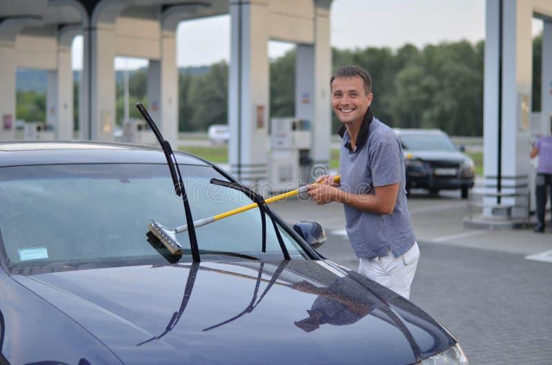 Waschendes Auto des jungen Mannes lizenzfreie stockbilder