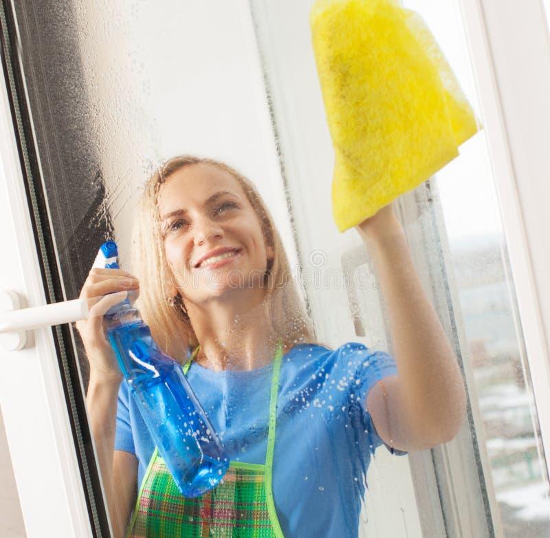 Waschendes Fenster der Frau stockbilder