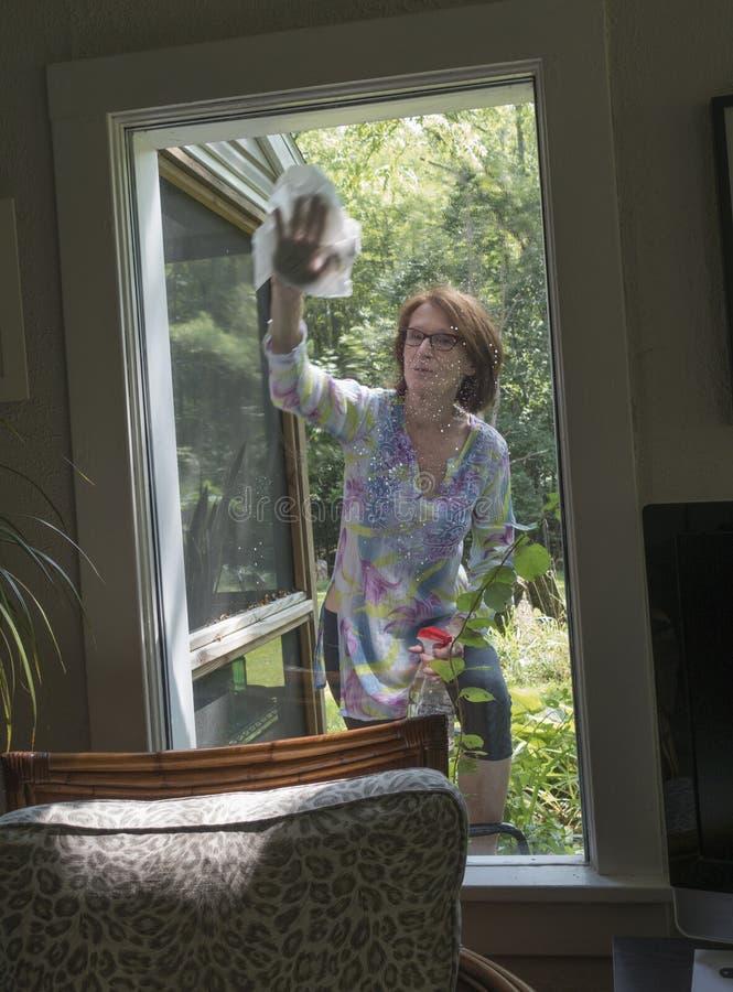 Waschendes Fenster der Frau lizenzfreie stockfotos
