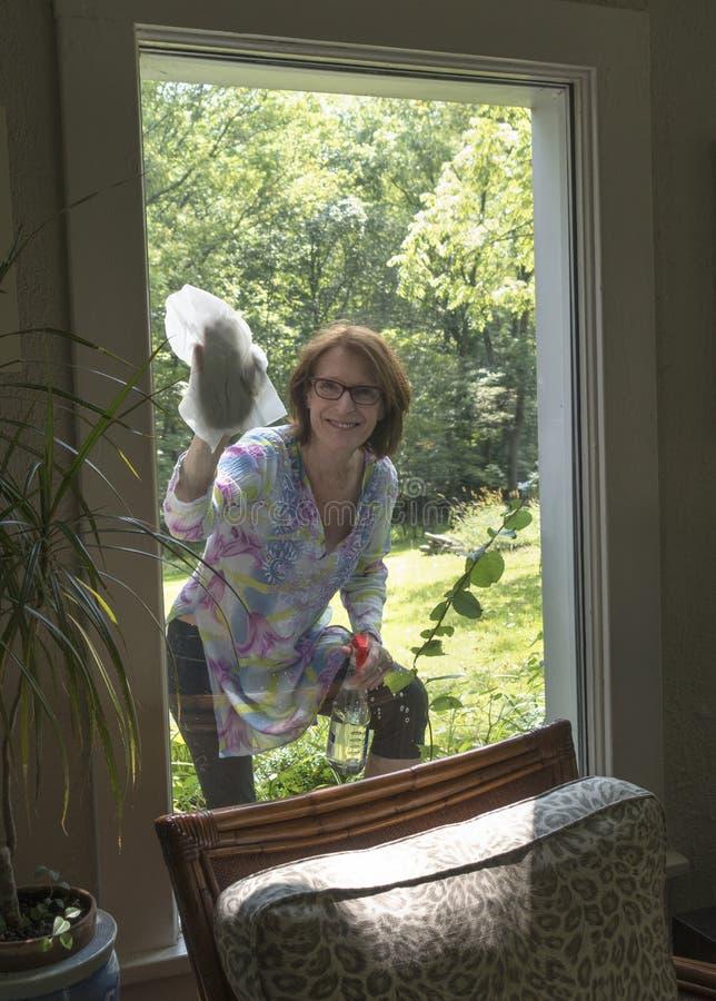 Waschendes Fenster der Frau lizenzfreie stockbilder