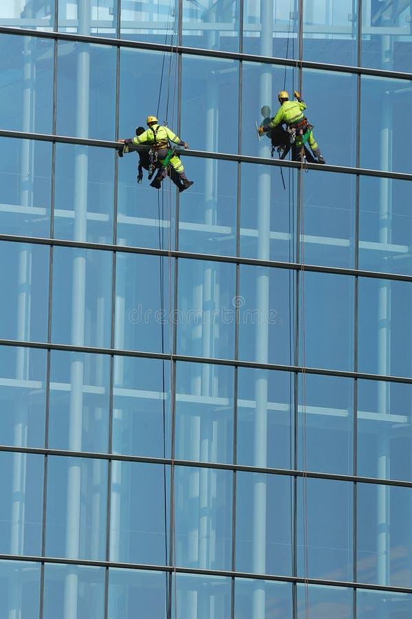 Waschendes Fenster der Leute stockfotos