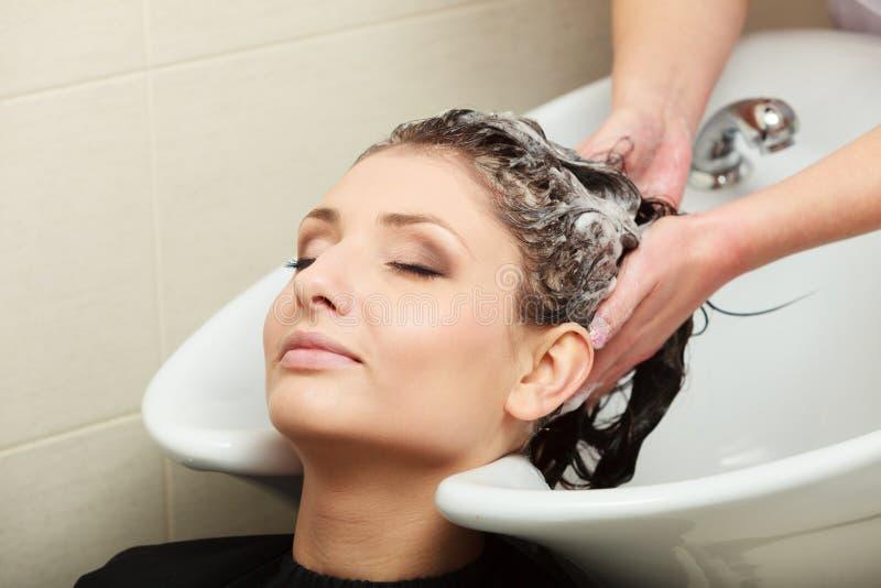 Waschendes Frauenhaar des Herrenfriseurs. Frisurnschönheitssalon stockfotos