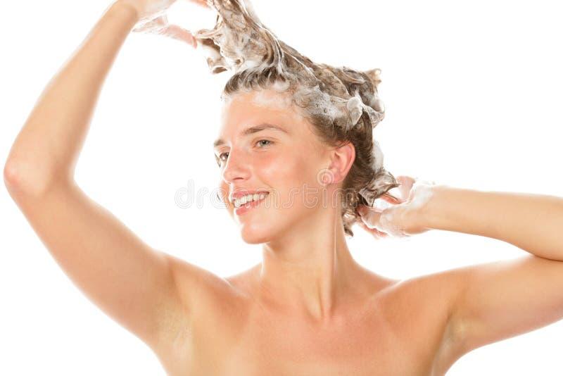 Waschendes Haar der Frau lizenzfreie stockfotos
