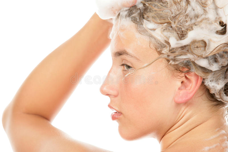 Waschendes Haar der Frau lizenzfreies stockfoto