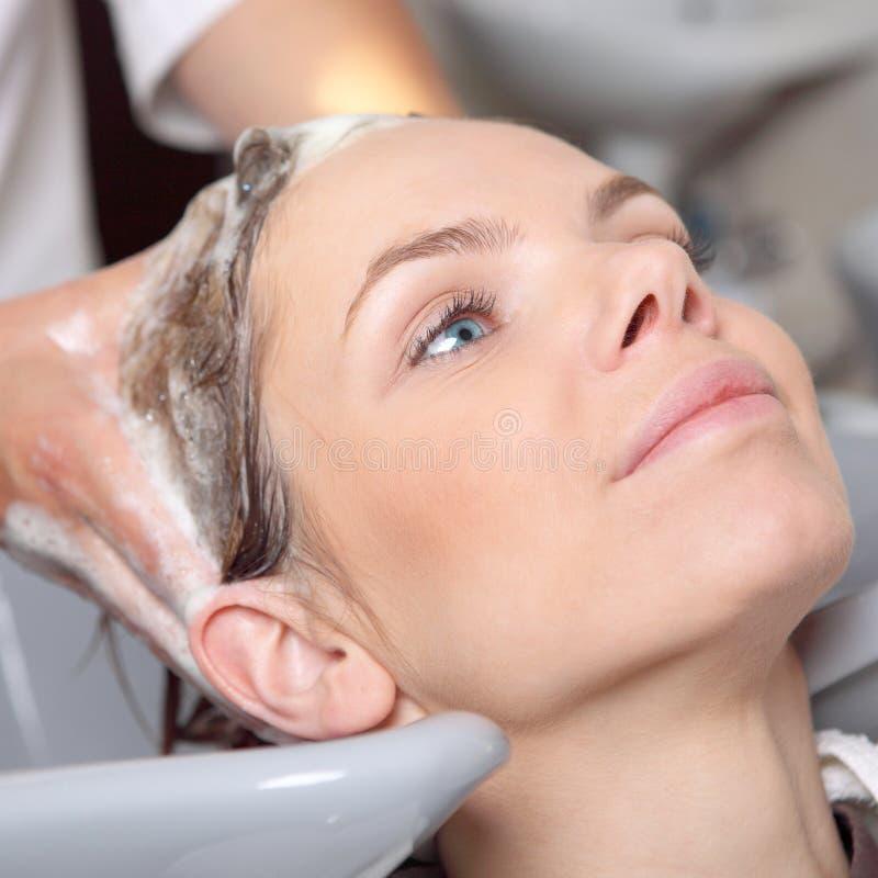 Waschendes Haar im Haarsalon stockfotografie
