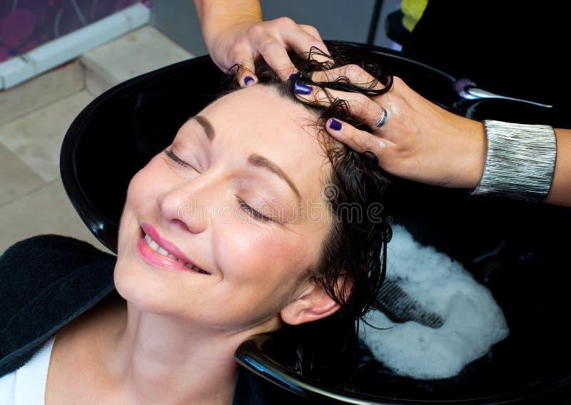 Waschendes Haar und Massage lizenzfreie stockfotos