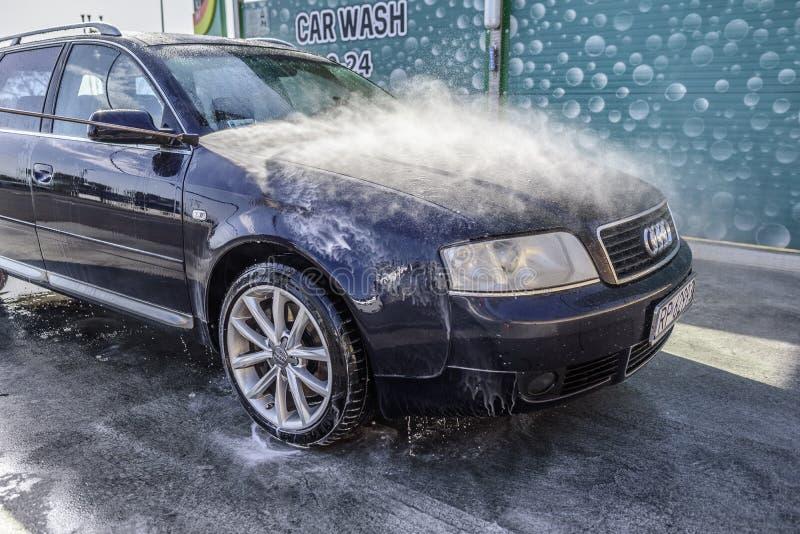 Waschendes Hochdruckauto draußen stockfoto