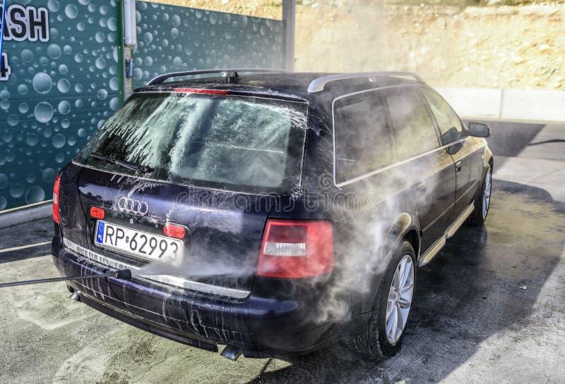 Waschendes Hochdruckauto draußen lizenzfreie stockfotografie