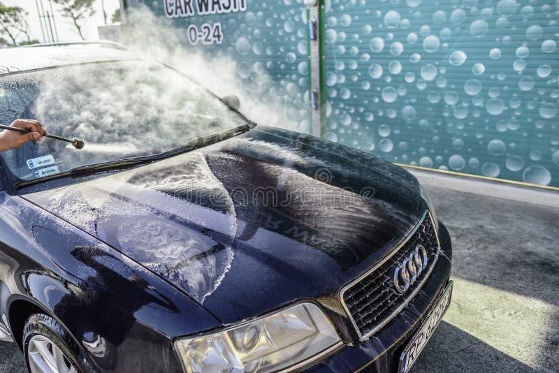 Waschendes Hochdruckauto draußen lizenzfreie stockbilder