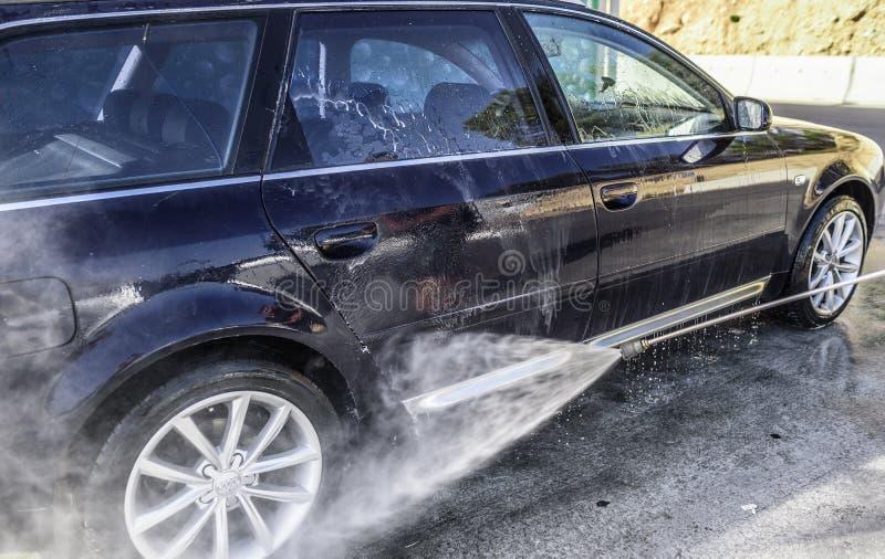 Waschendes Hochdruckauto draußen stockbild