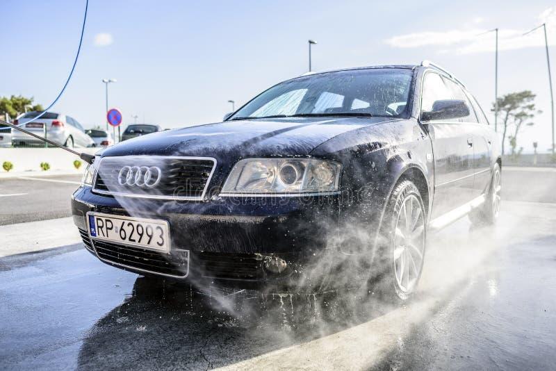 Waschendes Hochdruckauto draußen stockfotos