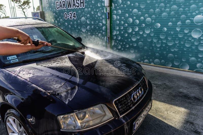 Waschendes Hochdruckauto draußen Auto Audi A6 in einer Hochdruckwaschmaschine lizenzfreie stockbilder