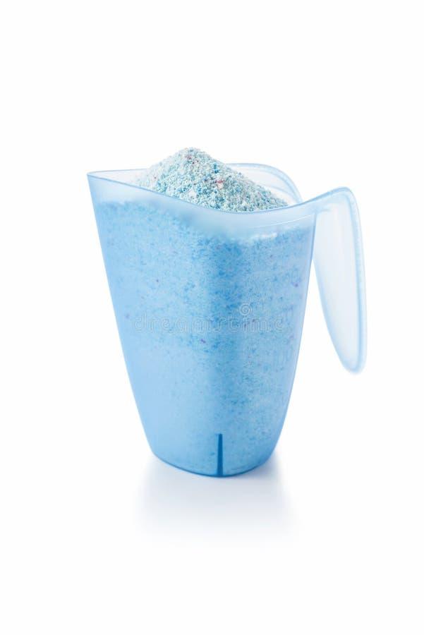 Waschendes reinigendes Pulver in einem Messbecher lizenzfreies stockfoto