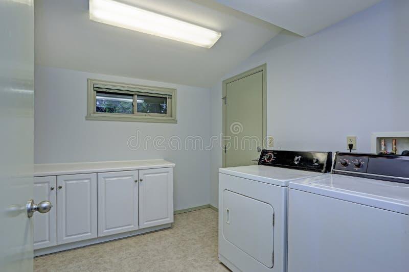 Waschküche mit gewölbter Decke stockbilder