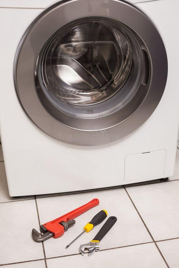 Waschmaschine mit Werkzeugen stockfoto