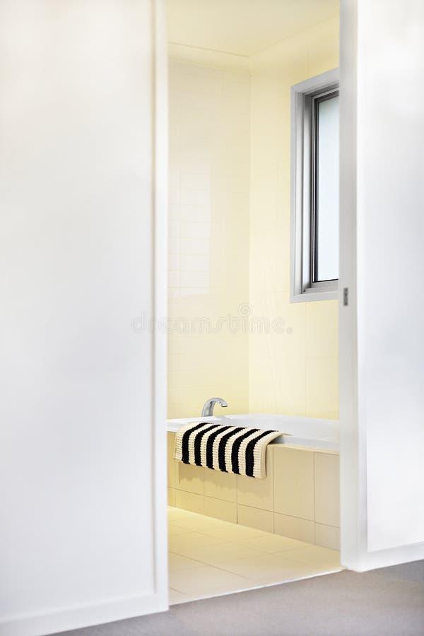 Waschraumeingang und eine Badewanne mit einem Tuch stockfoto