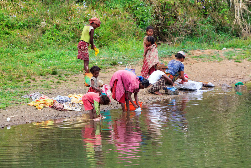 Waschtag im Fluss stockfotos
