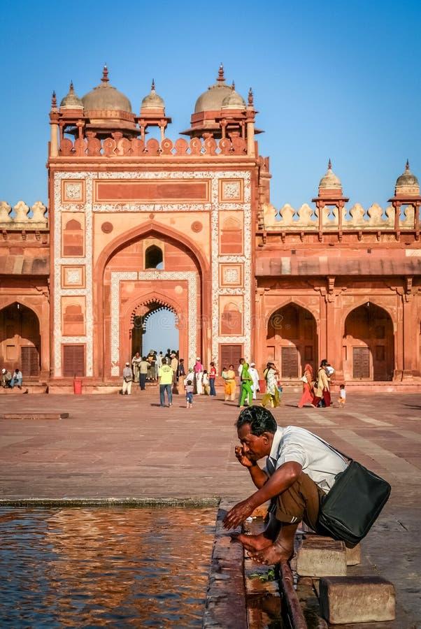 Waschung an einem Tempel stockbilder