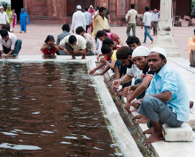Waschung in Jama Masjid, Indiens größte Moschee lizenzfreie stockfotos