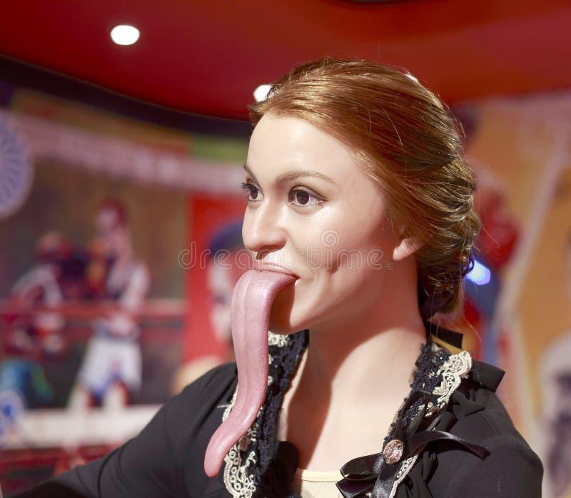 Wascijfer van de vrouw die haar lange tong standhouden royalty-vrije stock foto