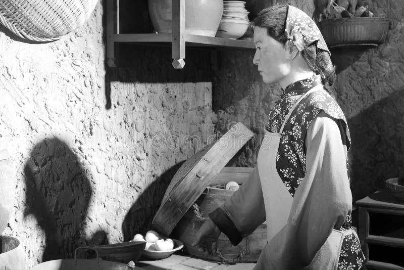 Wascijfer van het oude boervrouw koken, zwart-wit beeld royalty-vrije stock fotografie