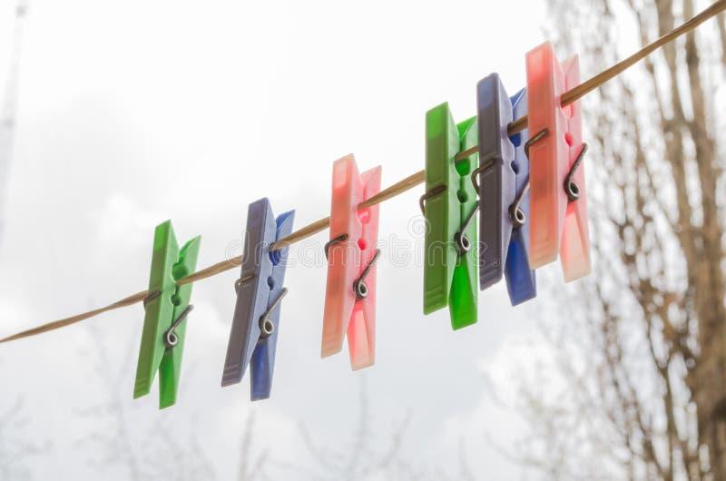 Wasdingen clothesline Wasknijpers Het drogen dingen Multi-colored wasknijpers De foto is geschikt voor plaatsen die detergen verk stock foto's