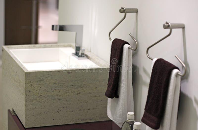 Washbasin e toalhas do projeto fotografia de stock