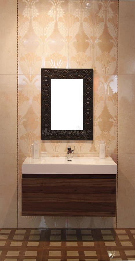 Washbowl mit Spiegel lizenzfreies stockfoto
