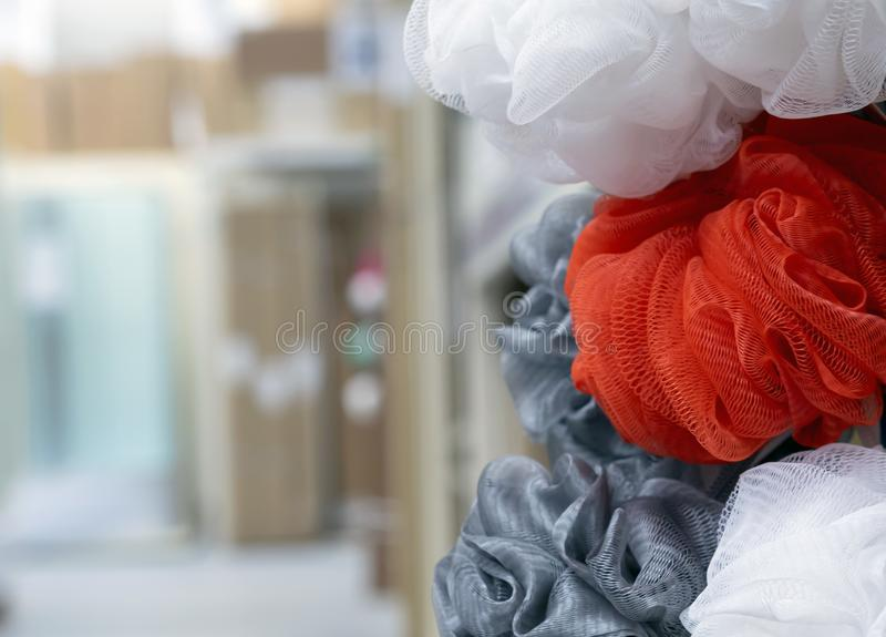 Washcloths w różnych kolorach na robią zakupy kontuar zdjęcie royalty free